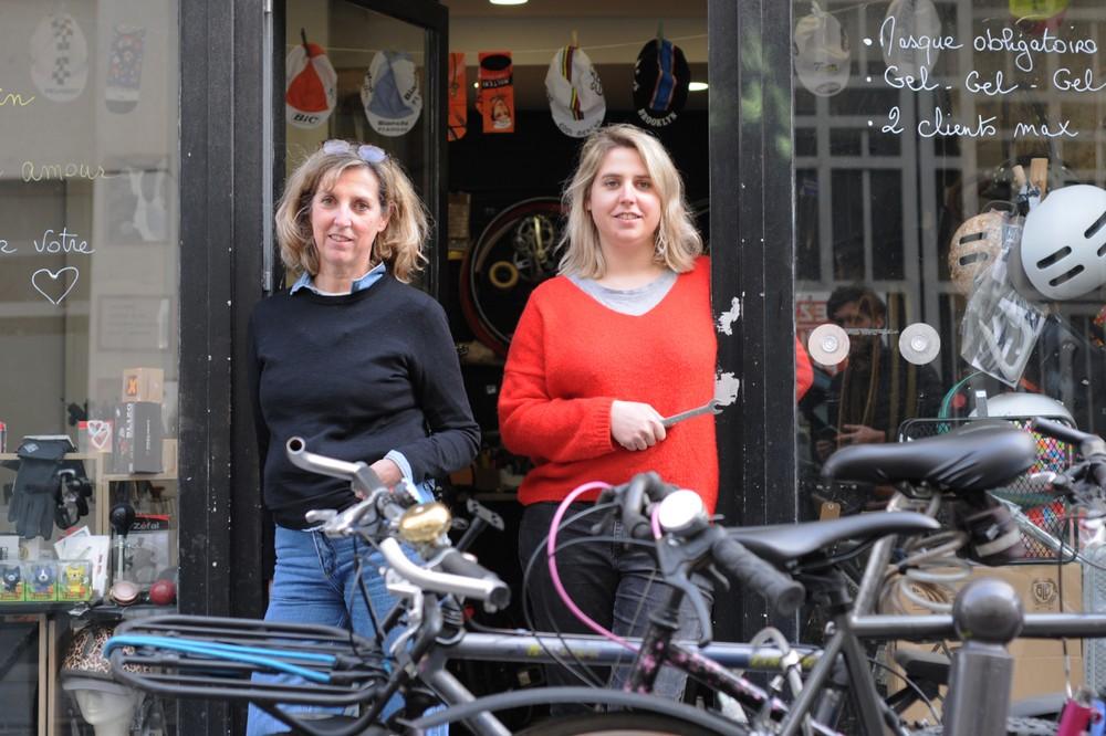 Géraldine et Cécile de devant le magasin et atelier de réparation de vélo de Wheelove Bike